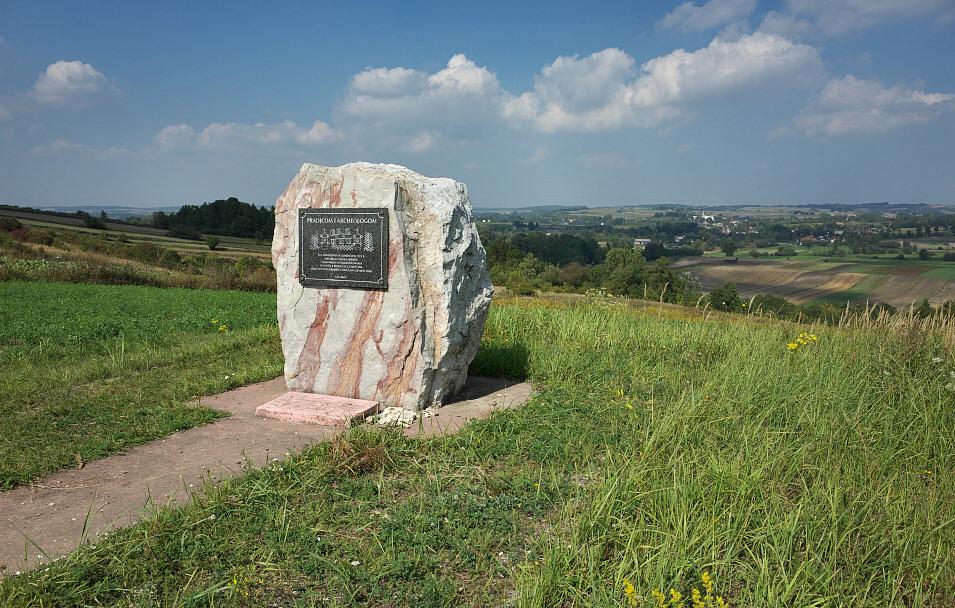Okolice Bronocic, pomnik Praojcom i Archeologom